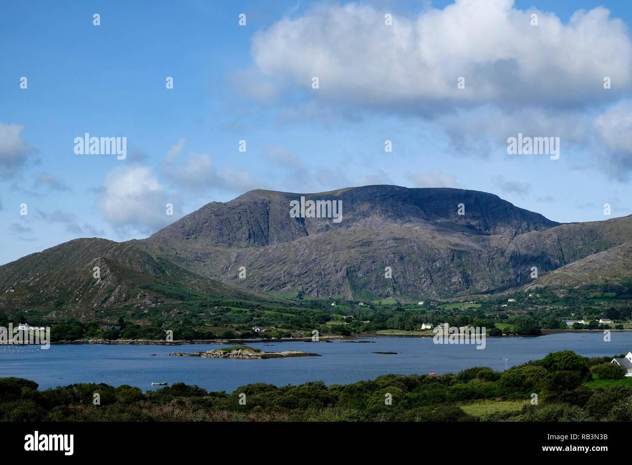 Vista desde el enfoque de Adrigole R572 mirando a través de la Bahía de Bantry para hambrientos Hill en la península de Beara, Condado de Cork, Irlanda, Foto de stock