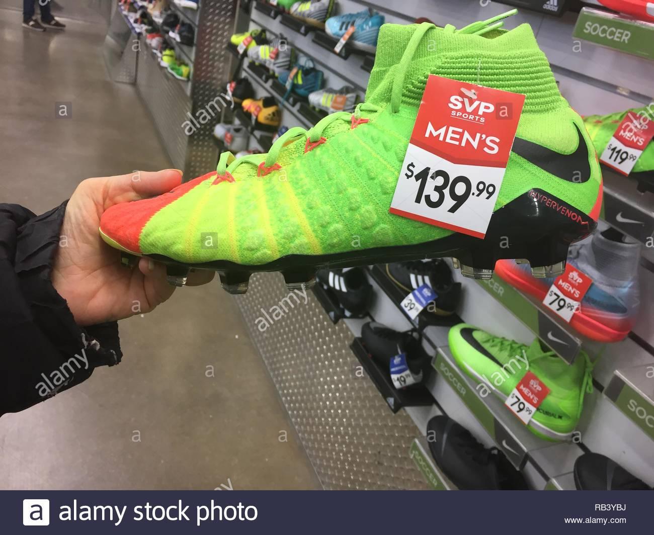 Zapatos de fútbol (soccer) en una tienda de deportes en Mississauga ... a06da989dc80e