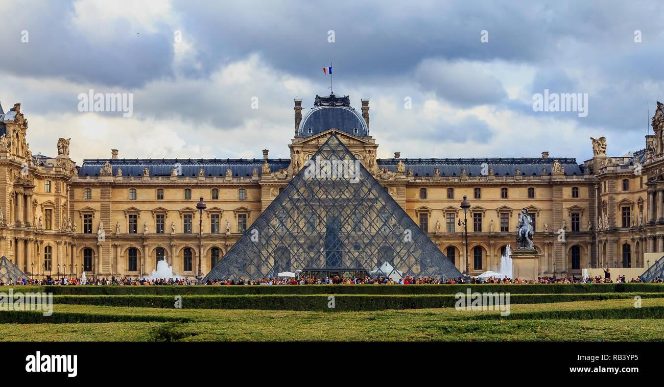 París, Francia - 25 de octubre, 2013: Vista panorámica de la fachada del famoso Museo del Louvre, uno de los museos de arte más grande del mundo y un histórico monu Foto de stock