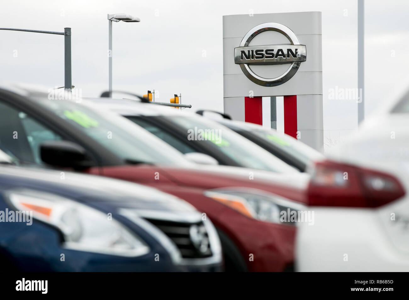 Nuevo sedán Nissan vehículos en un concesionario mucho de Muncy, Pennsylvania, el 30 de diciembre de 2018. Imagen De Stock
