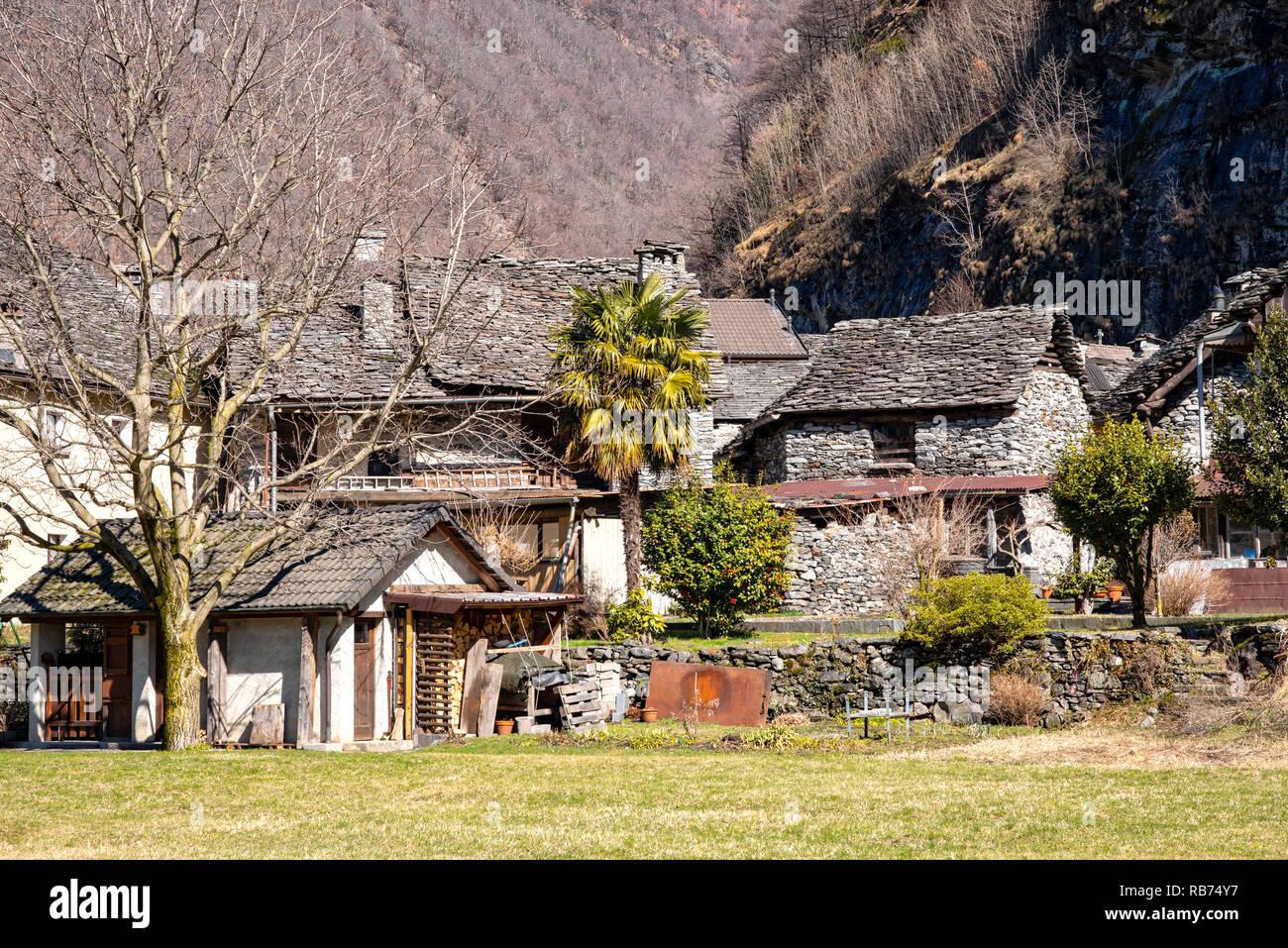 La aldea de Bignasco con históricas casas Foto de stock