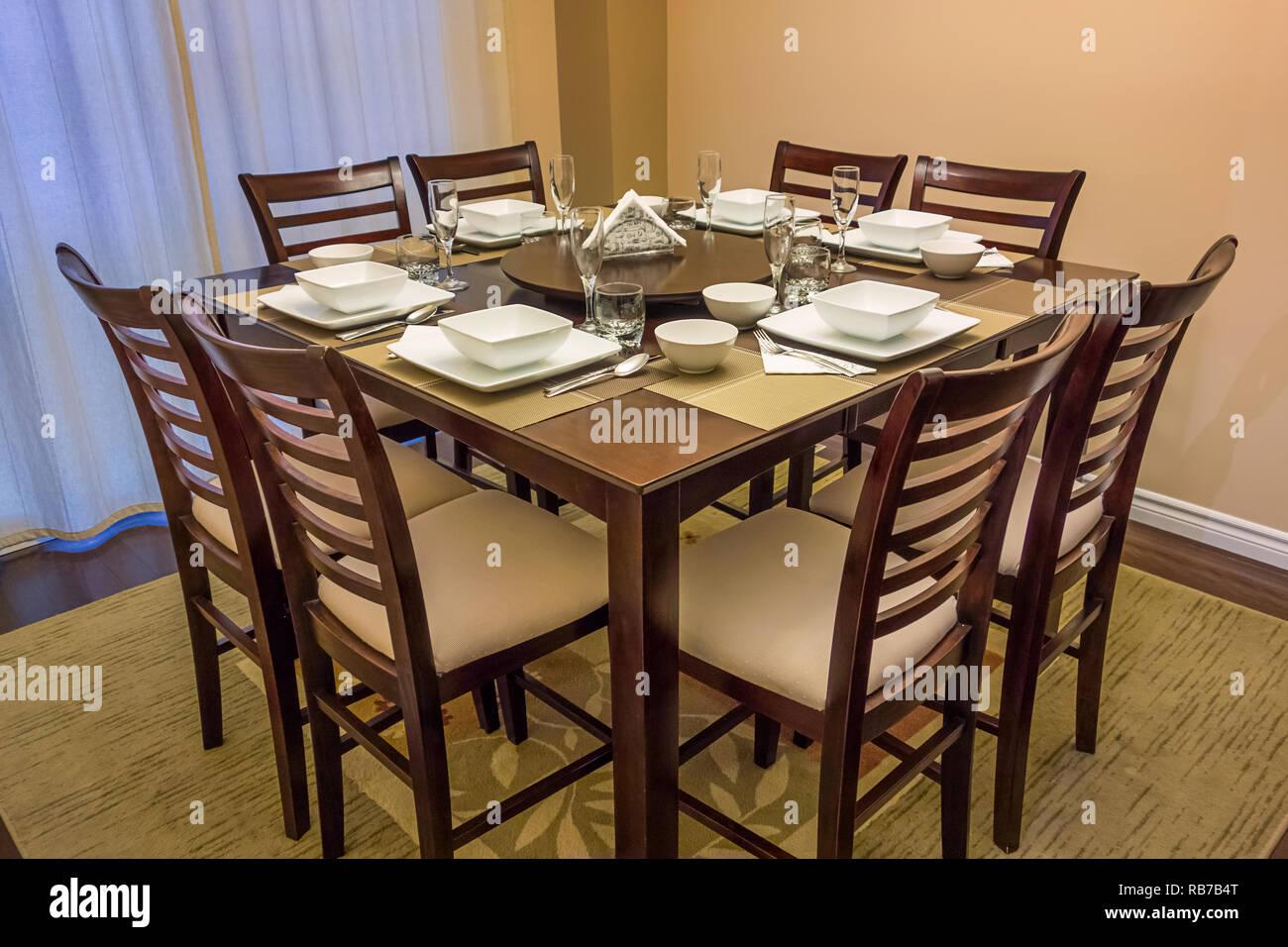 Comedor con mesa y sillas Foto de stock