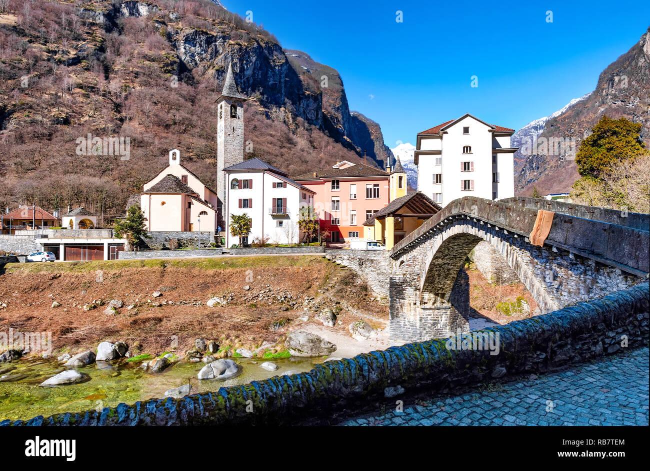 Montaña, Suiza, Puente - estructura construida, los Alpes, el valle de Maggia Foto de stock