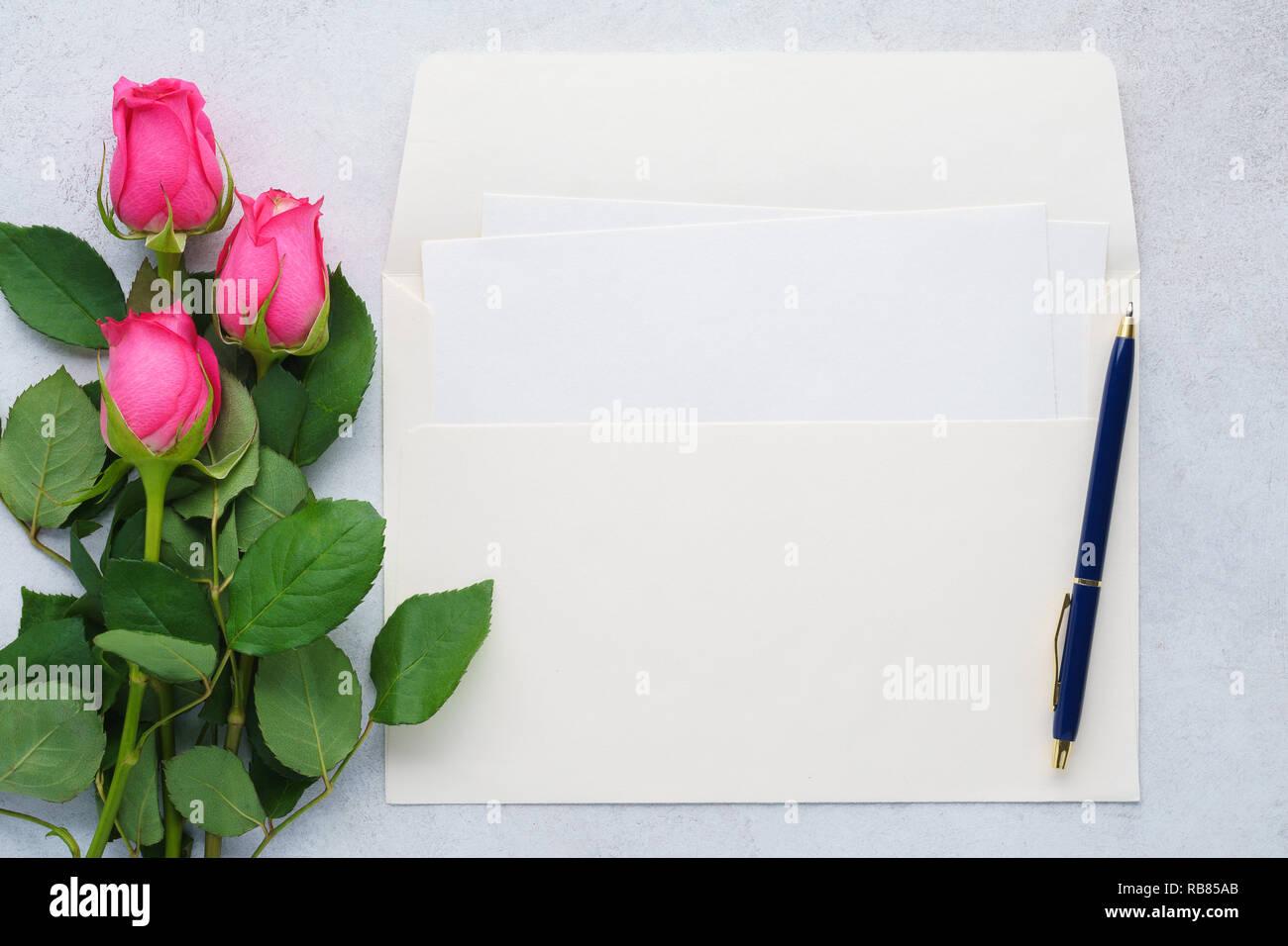 Letra Vacía Sobres Y Una Pluma Tarjeta De Invitación De La