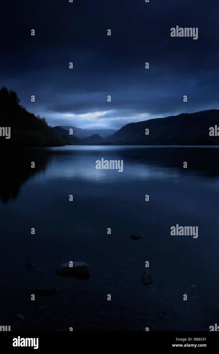 Una atmósfera oscura mirando a través de la escena de Lakeland Derwentwater hacia Borrowdale, Lake District, Cumbria, Inglaterra, Reino Unido. Foto de stock