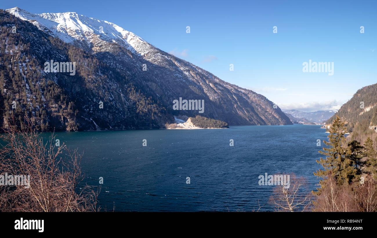 Über den Panoramablick Achensee mit im Hintergrund verschneiten Bergen Foto de stock