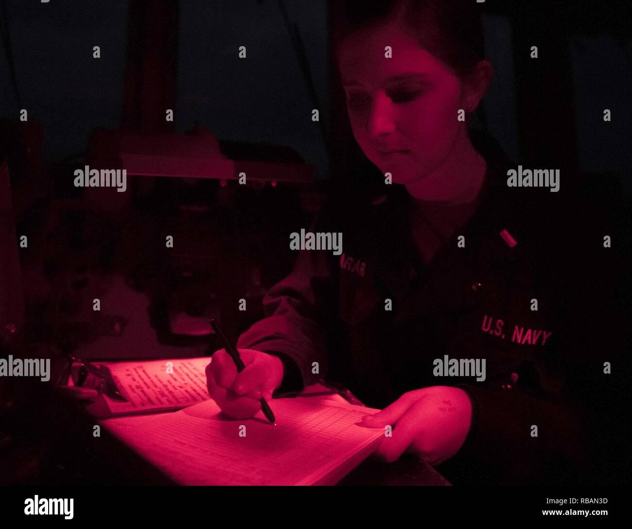 El Mar de China oriental (Dec. 31, 2018) Ensign Lauren Larar años escribe la nueva entrada en el registro de la plataforma mientras se llevan a cabo a bordo de la clase Arleigh Burke de misiles guiados destructor USS McCampbell (DDG 85). Es McCampbell desplegadas a la séptima Flota de EE.UU. zona de operaciones en apoyo de la seguridad y la estabilidad en la región del Indo-Pacífico. Foto de stock