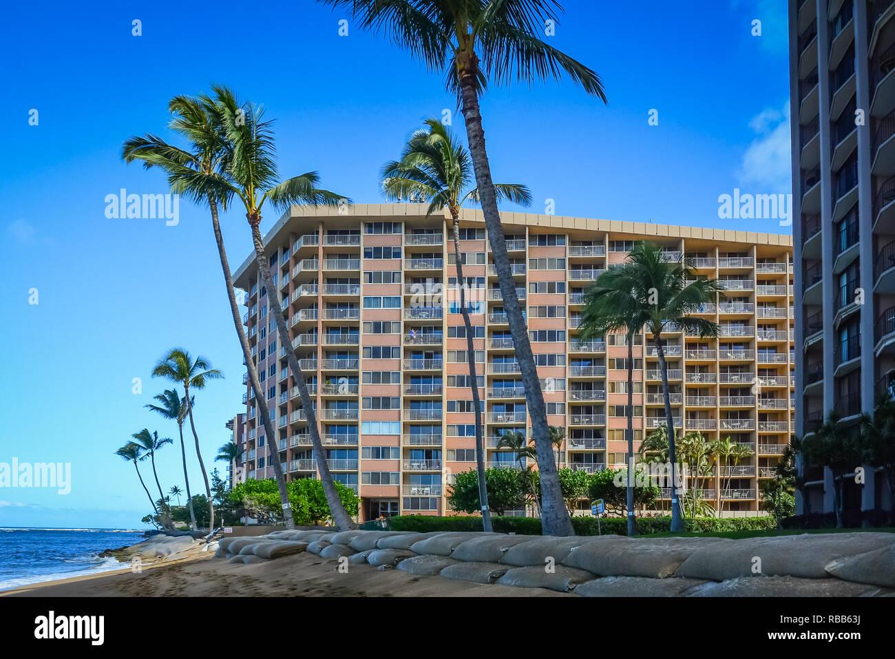 Adorable Kahana Beach en Maui, Hawai. Situado entre Kaanapali y Kapalua, en la costa noroeste. Gran vista de Molokai a través del agua Foto de stock