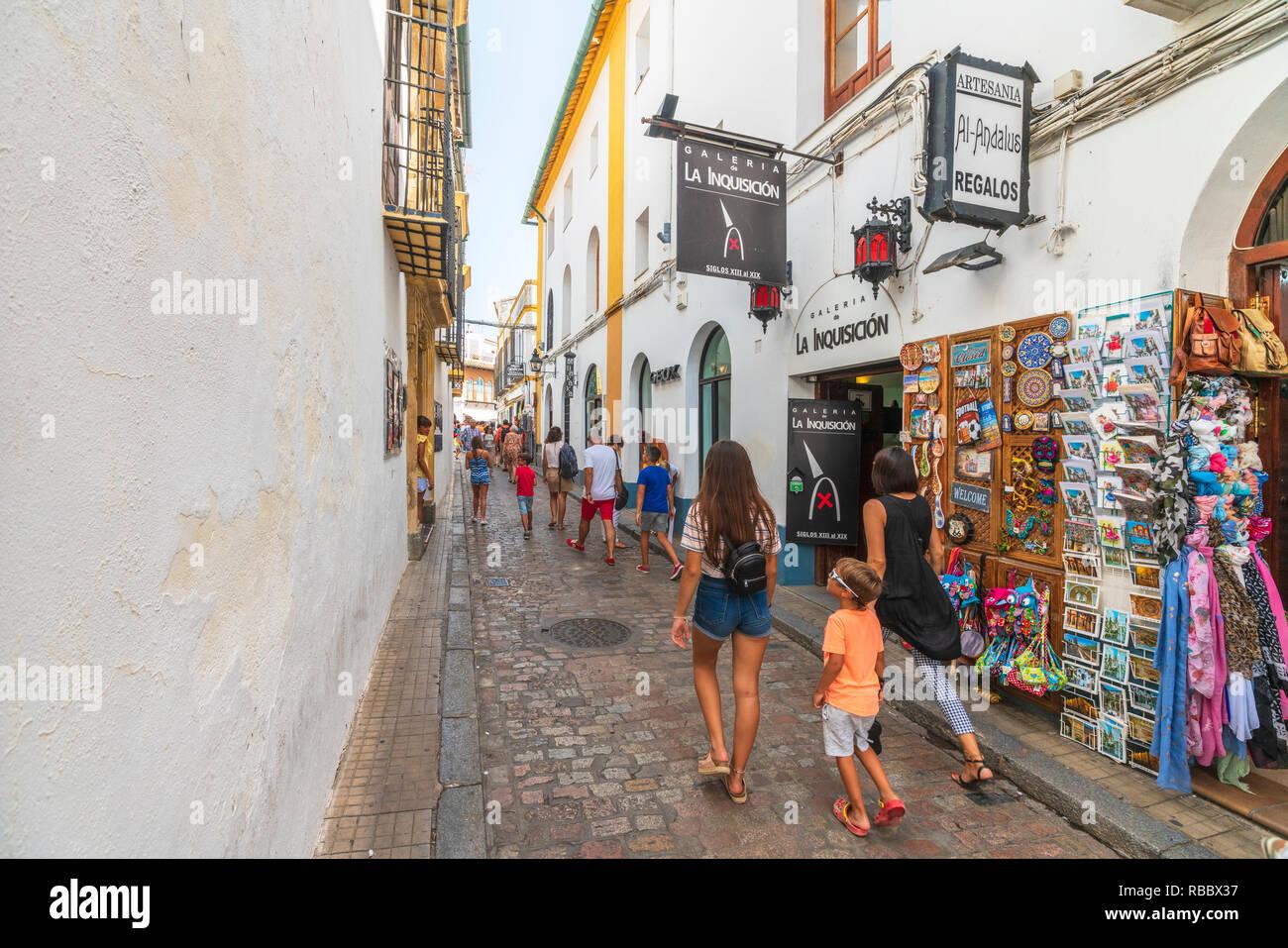 4d41a9704 Hay turistas que caminan en las callejuelas de la ciudad vieja entre  tiendas de recuerdos y
