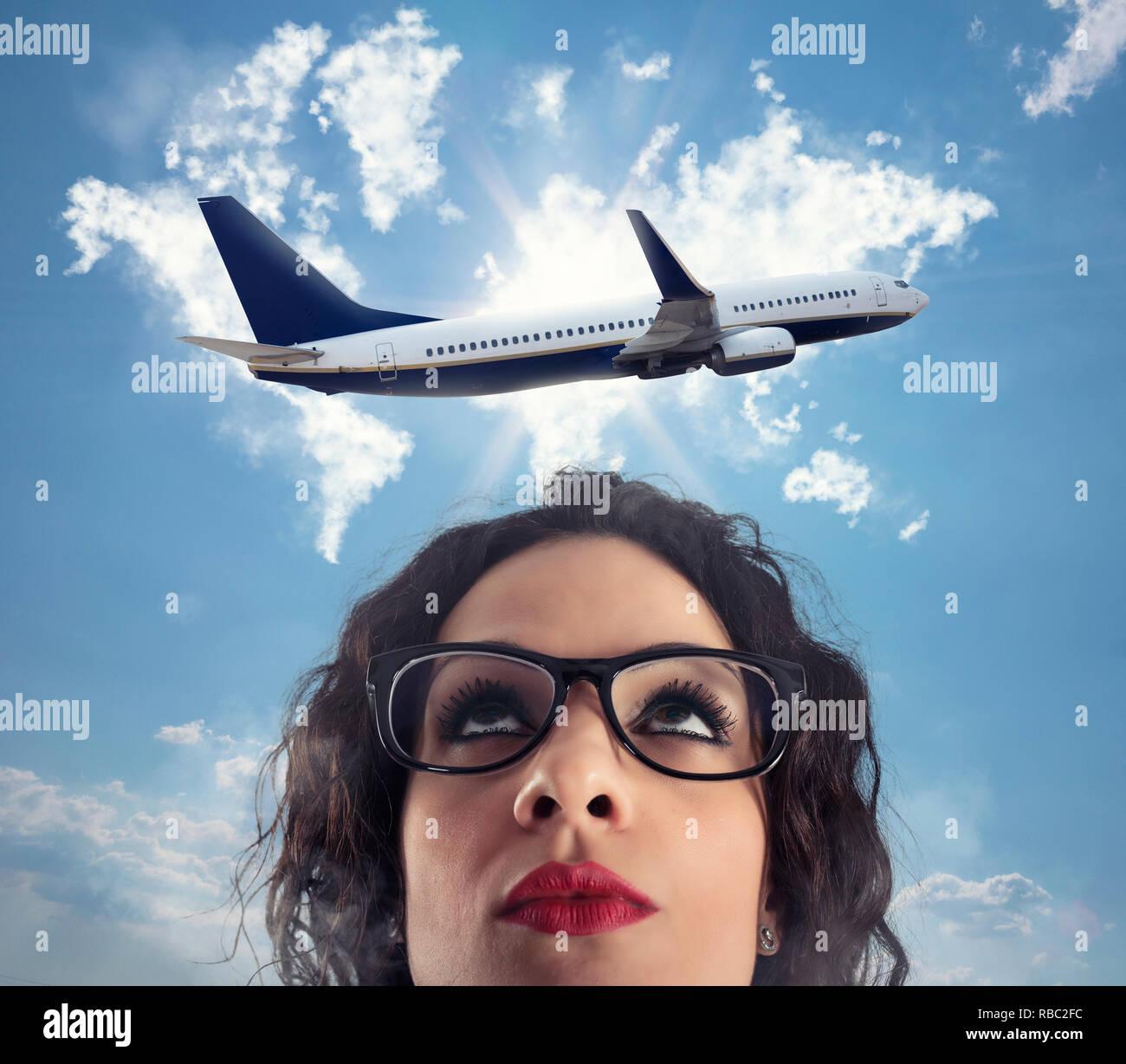 Mujer quiere tomar un descanso de su trabajo durante un viaje en avión Imagen De Stock