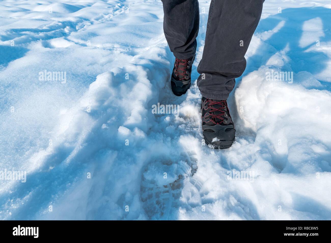 Hombre caminando en la nieve, senderismo y trekking en invierno Foto de stock