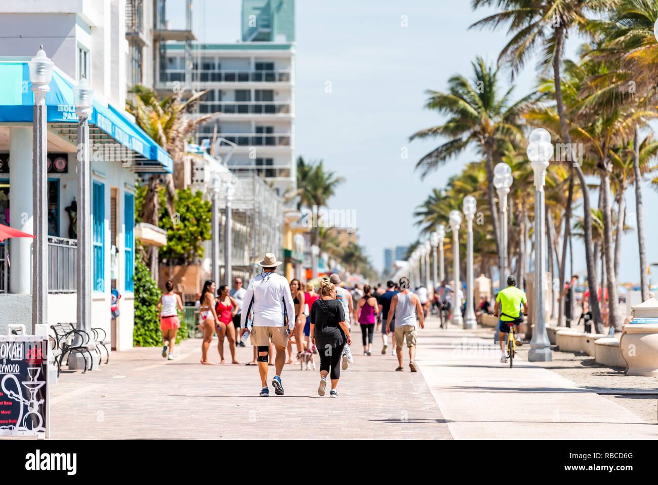 Hollywood, ESTADOS UNIDOS - 6 de mayo de 2018: Beach Boardwalk en Florida Miami Broward County con día soleado y gente caminando por el paseo costa por la cafetería y restaur Foto de stock