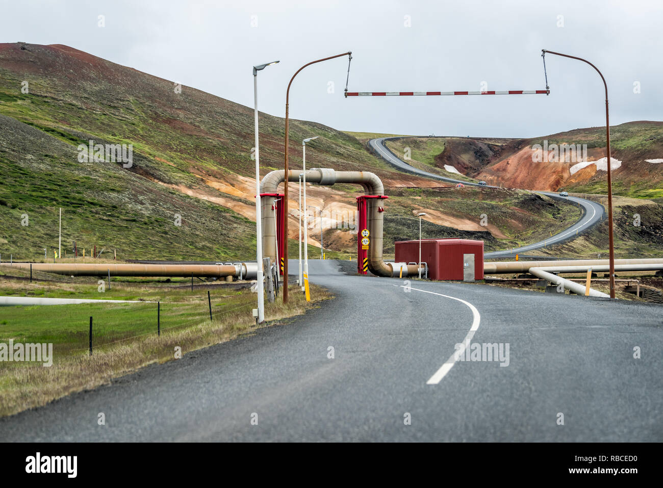 Krafla, Islandia - Junio 16, 2018: Kroflustod Power Station cerca del volcán y lago Myvatn, utilizando la energía geotérmica con asfalto y tuberías Imagen De Stock