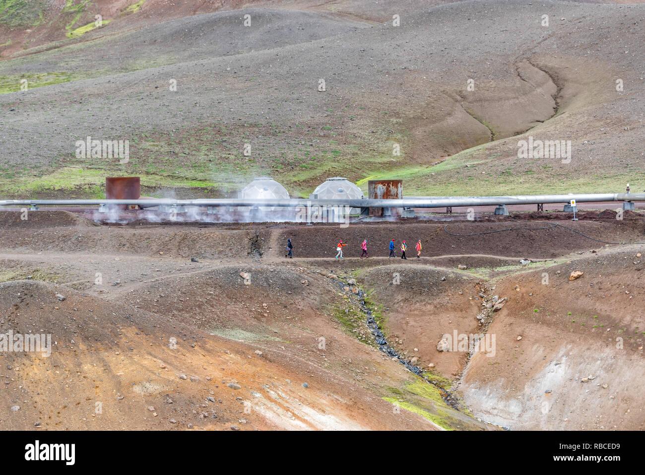 Krafla, Islandia - Junio 16, 2018: Kroflustod Power Station cerca del volcán y lago Myvatn, utilizando la energía geotérmica con vapor y la gente de excursionistas cerca Imagen De Stock