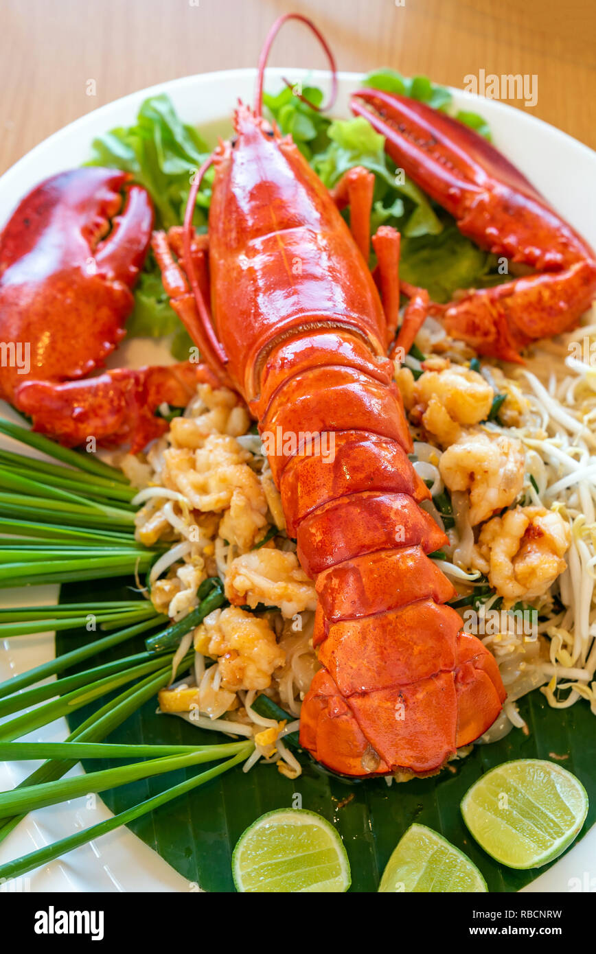 La langosta pad thai, fideos de arroz tailandés fritos stir