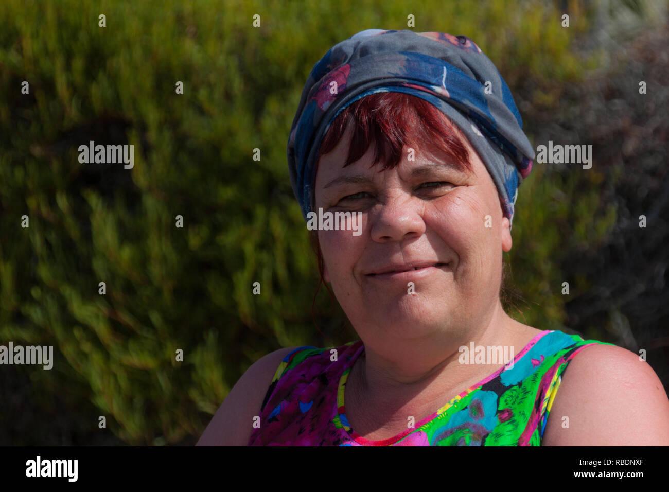 Un buen retrato de una mujer encantadora sobre un fondo natural verde Imagen De Stock