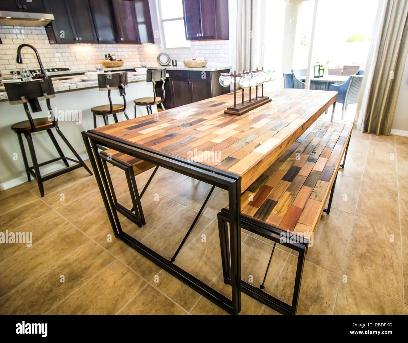 Cocina moderna con exclusiva mesa y bancos de madera de parquet Foto ...