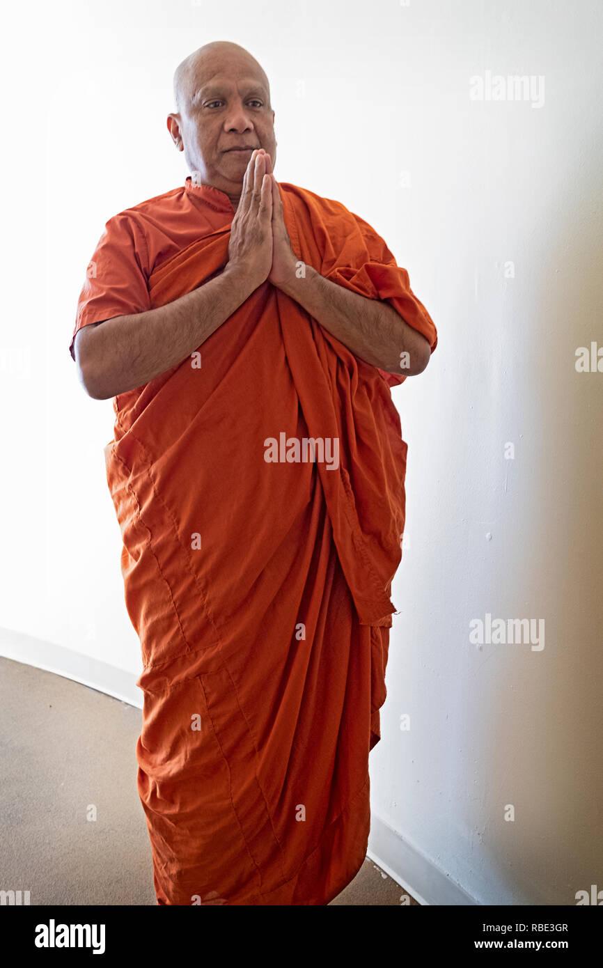 Plantea el retrato de un monje budista de Sri Lanka fuera de la Asociación budista Vihara de Nueva York en Queens Village, en el barrio de Queens, Ciudad de Nueva York. Imagen De Stock