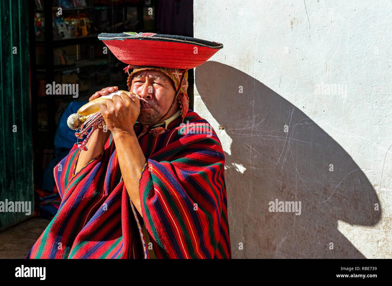 Retrato de un soplador de cuerno quechua peruana con sus ropas tradicionales 3af9d3dd185