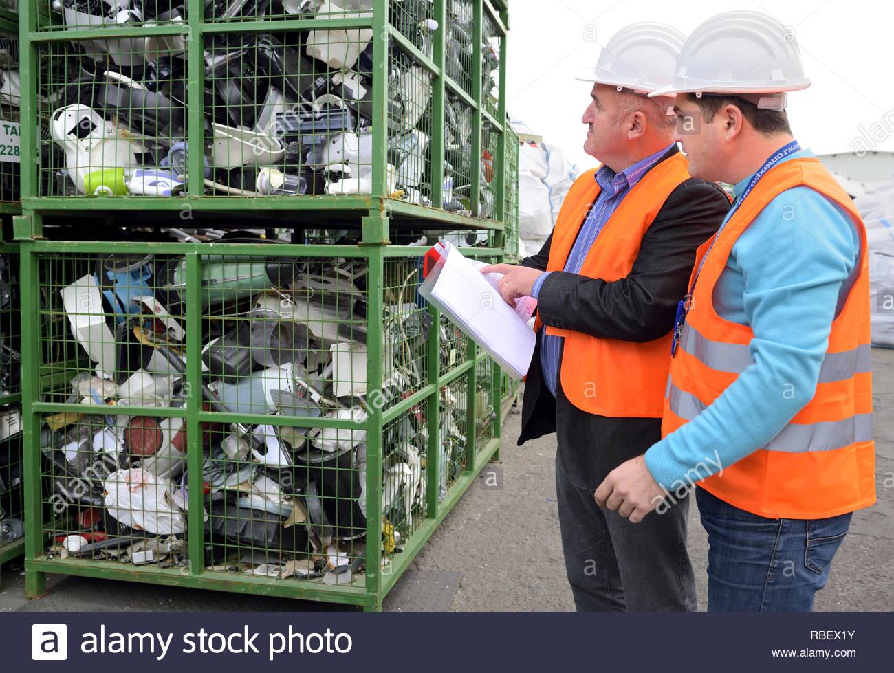 Bucarest, Rumania - Octubre 2013: Los directivos de una planta de reciclado y discutir el plan de acción sobre cómo organizar la basura electrónica en una planta de reciclaje Imagen De Stock