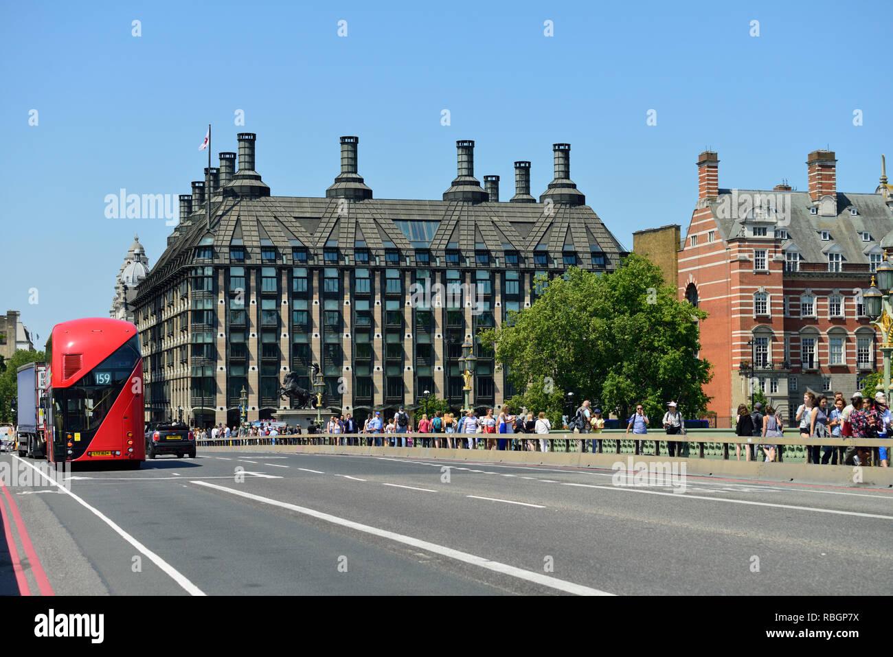 Portcullis House y el puente de Westminster, Londres, Reino Unido. Foto de stock