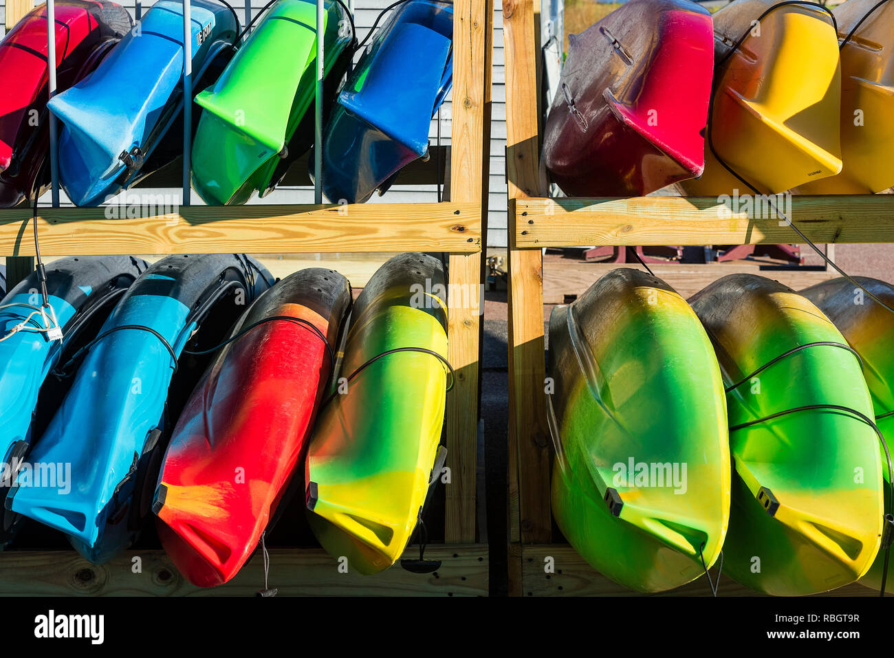 Selección de kayaks disponibles para alquilar, en Cape Cod, Massachusetts, EE.UU. Imagen De Stock