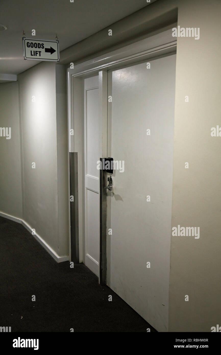 La puerta de entrada a una mercancía o servicio de elevador (ascensor) dentro de un hotel en Sudáfrica Imagen De Stock