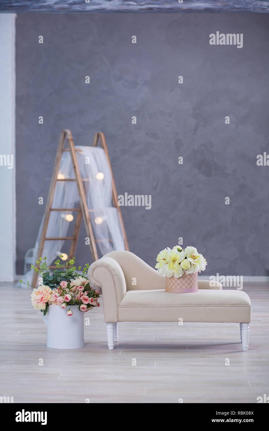 Maqueta interior foto. Pared azul con material de cuero sofá sofá y bote con plantar flores y escalera. Fotografía de fondo con espacio para copiar texto Foto de stock