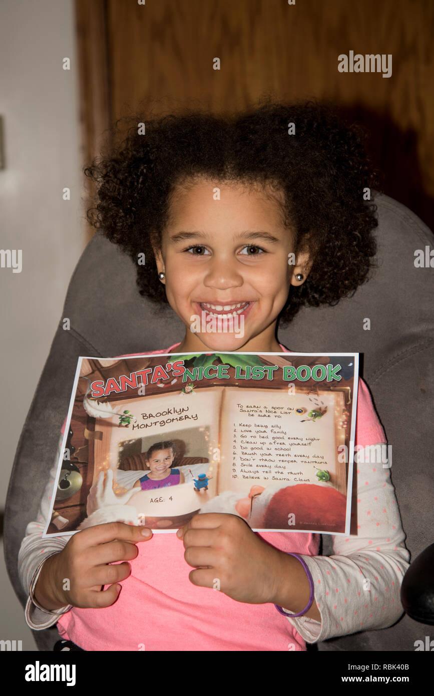 Vadnais Heights, Minnesota. Bi-racial niño mostrando su nombre en Santa bonita lista. Imagen De Stock
