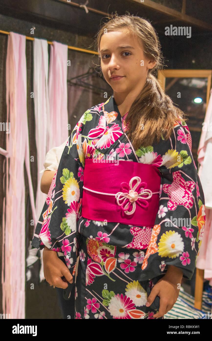 d6145b7428 Kimono es el vestido tradicional desgastada popular en Japón.chica europea  en kimono.Retrato de vestida de tradicional japonesa
