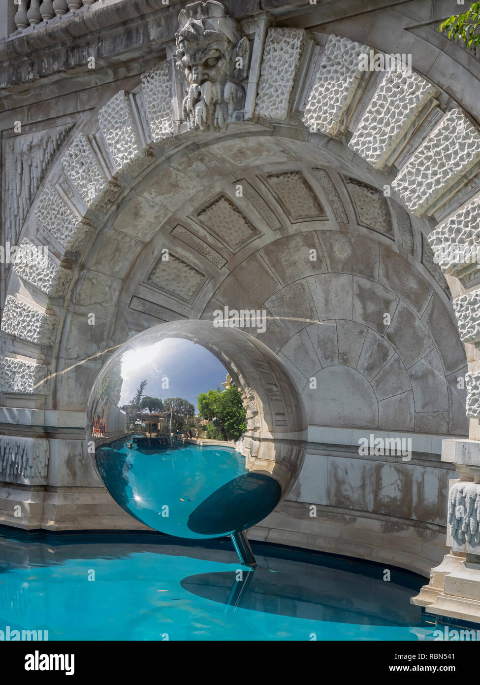 MONTE CARLO, Monaco: escultura de bola reflectante Foto de stock