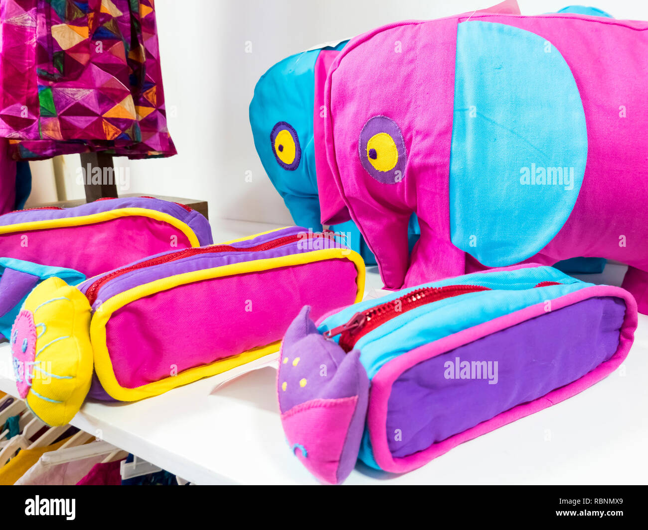 2481443da Color pequeña bolsa colorida tienda de juguetes artesanales hermoso color  hechas en India Imagen De Stock