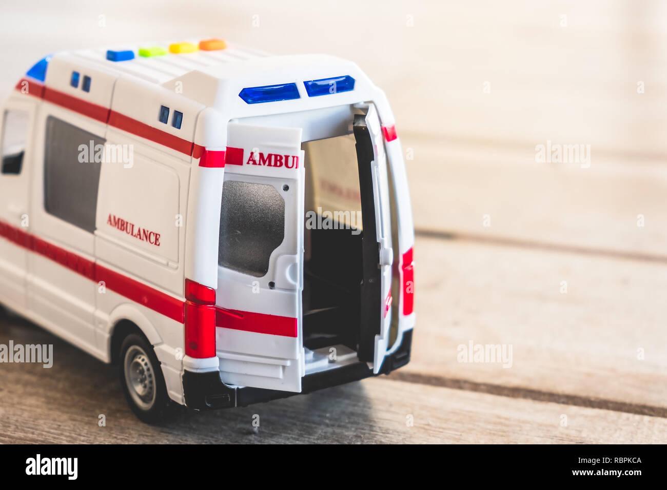 Puertas de ambulancia antecedentes de salud cerca de juguete Imagen De Stock