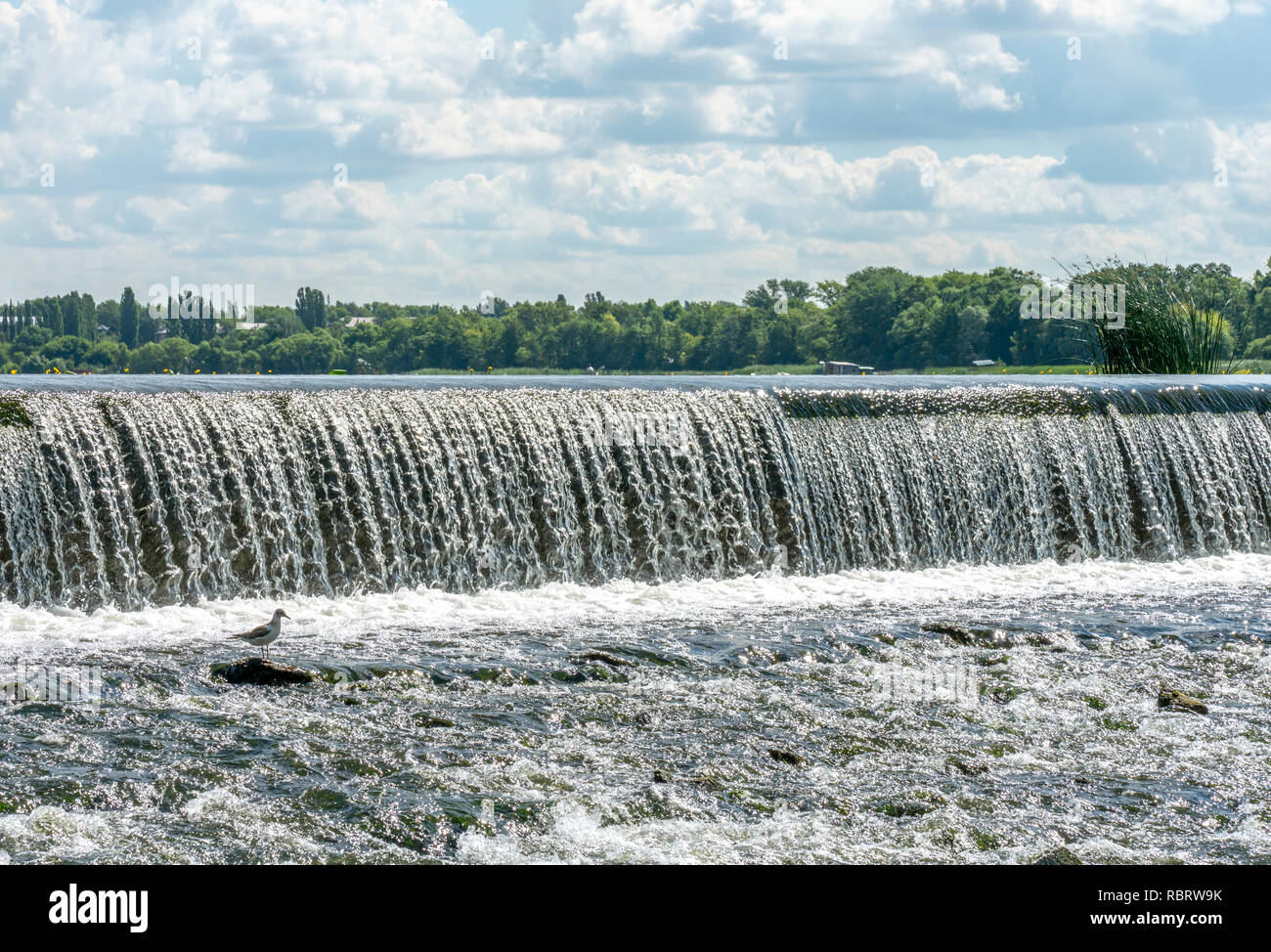Regula el flujo de agua que fluye a través del centro de una ciudad. Rusia, Lipetsk. Foto de stock