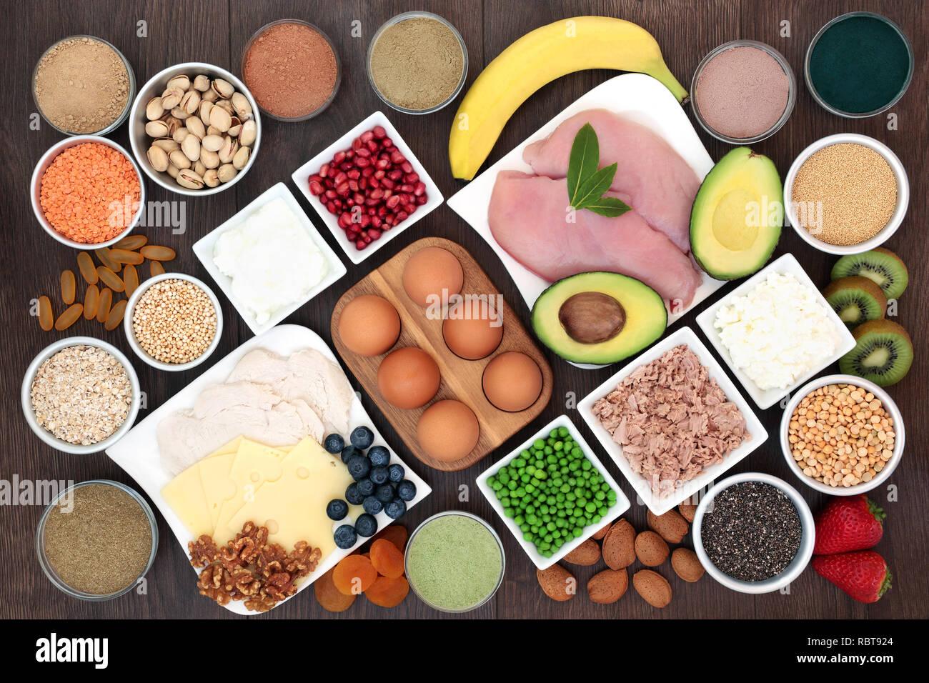 Alimentos saludables para los constructores del cuerpo con alta proteína,  productos lácteos, carne magra suplemento dietético en polvo, legumbres,  semillas, nueces, granos, cereales, frutas y verduras Fotografía de stock -  Alamy