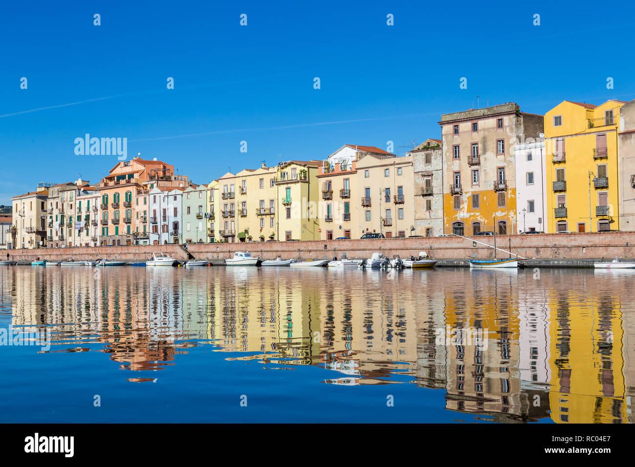 Paisaje Urbano del pintoresco pueblito Bosa en Cerdeña, Italia Foto de stock