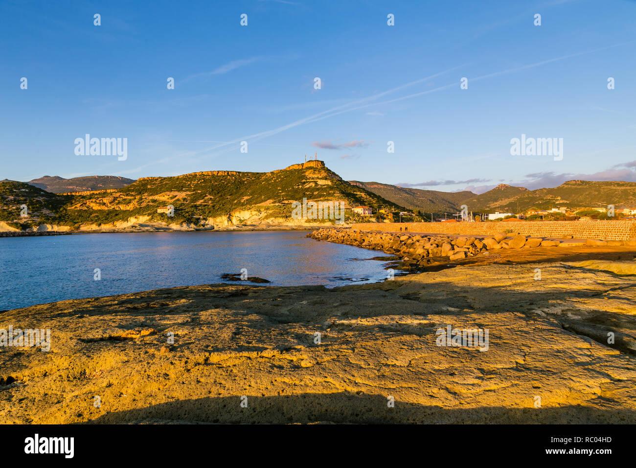 Puesta de sol en la torre de Bosa Marina, Cerdeña Foto de stock