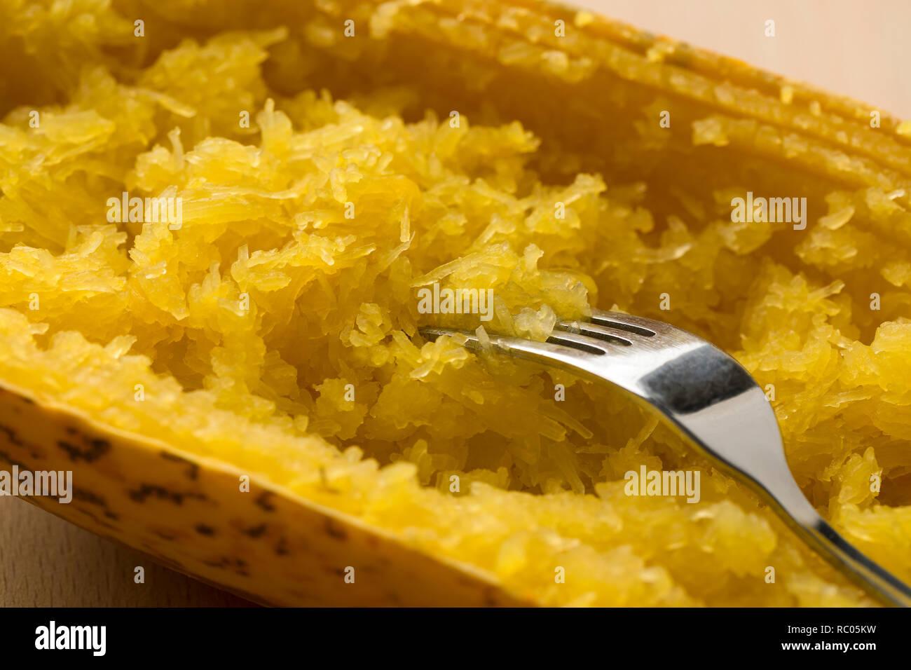 La mitad cocido calabaza espagueti cerrar Imagen De Stock