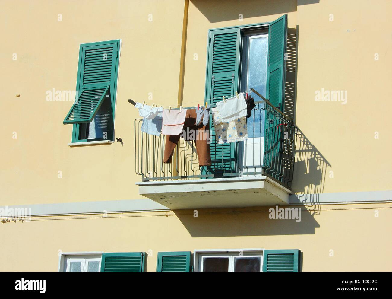 El Balcón De Una Casa Con Paredes De Color Ocre La Terraza