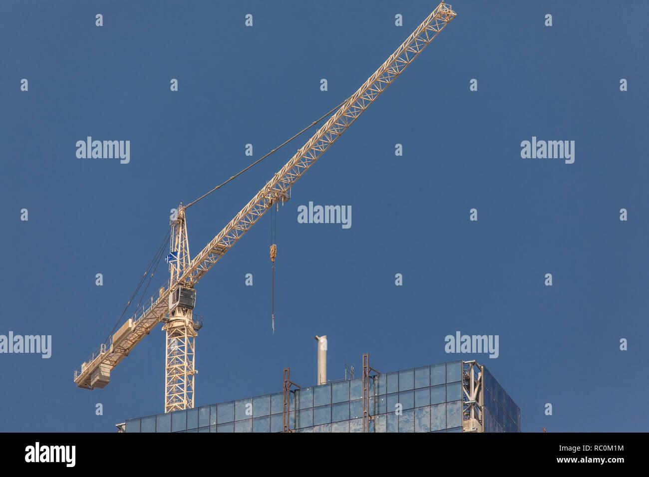 5b11afe235 Dubai, Emiratos Árabes Unidos - Octubre, 2018: el trabajador de la  construcción en