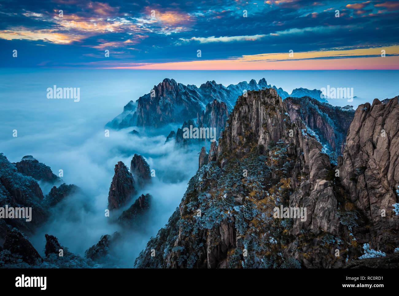 Huangshan (Chino: 黄山, significado literal: Montaña Amarilla) es una cordillera en el sur de la provincia de Anhui, en el este de China. Foto de stock