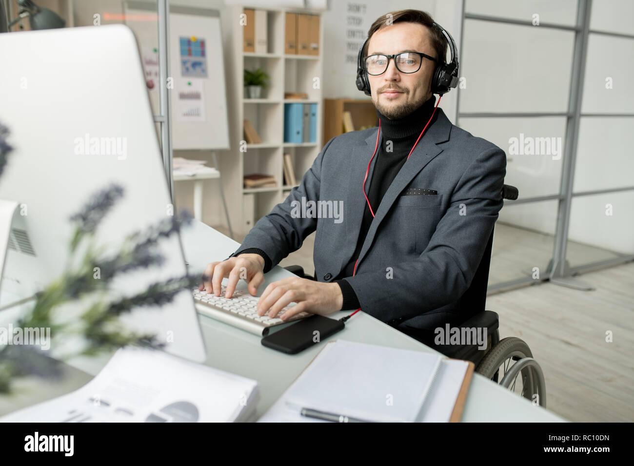 Deshabilitado el empresario trabajando en equipo Imagen De Stock