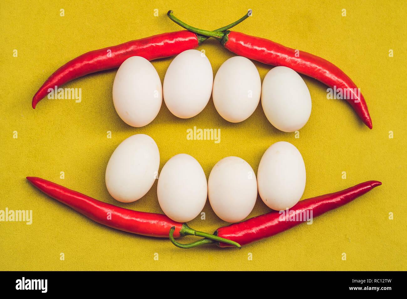 Saludable comida cara sonriente. Concepto de comida de desayuno, felices Pascuas concepto. Sonrisa dientes blancos de huevos y el pimiento rojo. Imagen De Stock