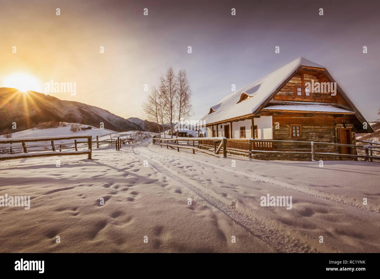 Escena de invierno hermoso paisaje al atardecer - gran winterscape papel tapiz de Poiana Brasov Rumania Foto de stock