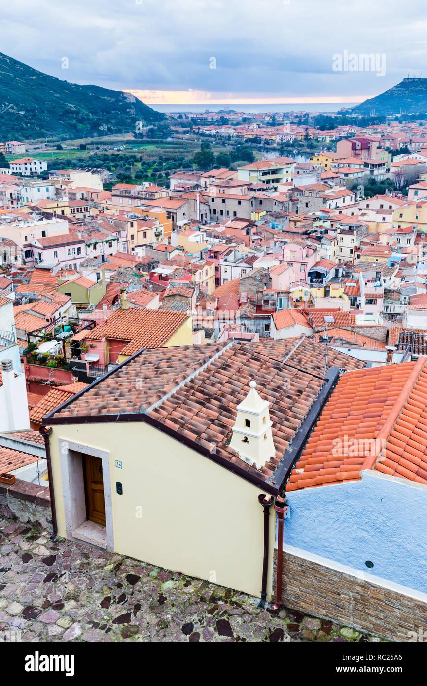 Vista aérea del castillo de Bosa, una pequeña aldea colofrull en Cerdeña, Italia Foto de stock