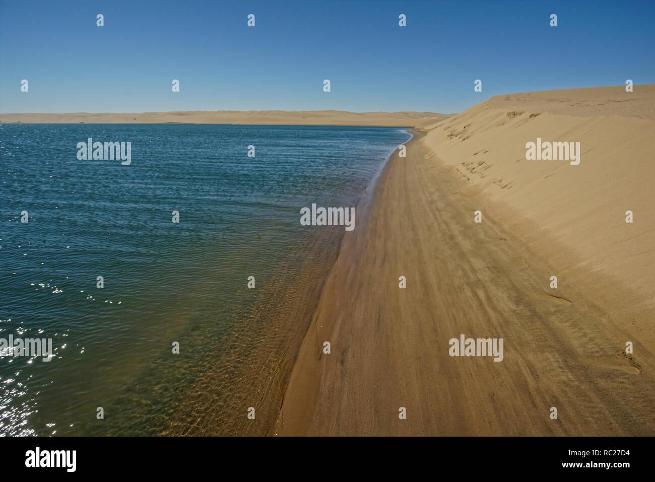 Océano Atlántico cumple el desierto de la costa de los Esqueletos, Namibia, Africa. Foto de stock