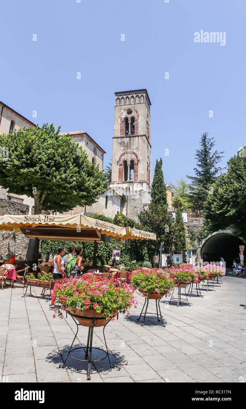 Vista del campanario de la ciudad de Ravello, un punto de referencia para todos los ciudadanos. Costa Amalfitana Italia Imagen De Stock
