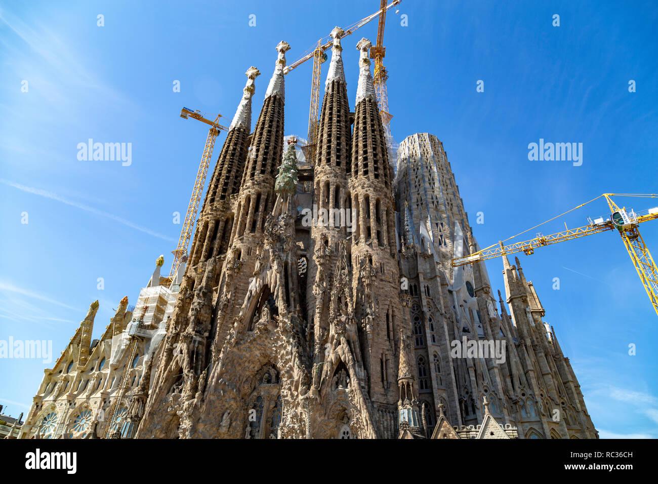La iglesia de La Sagrada Familia vista frontal, diseñado por Antoni Gaudí, UNESCO, Barcelona, Cataluña (Catalunya), España Foto de stock