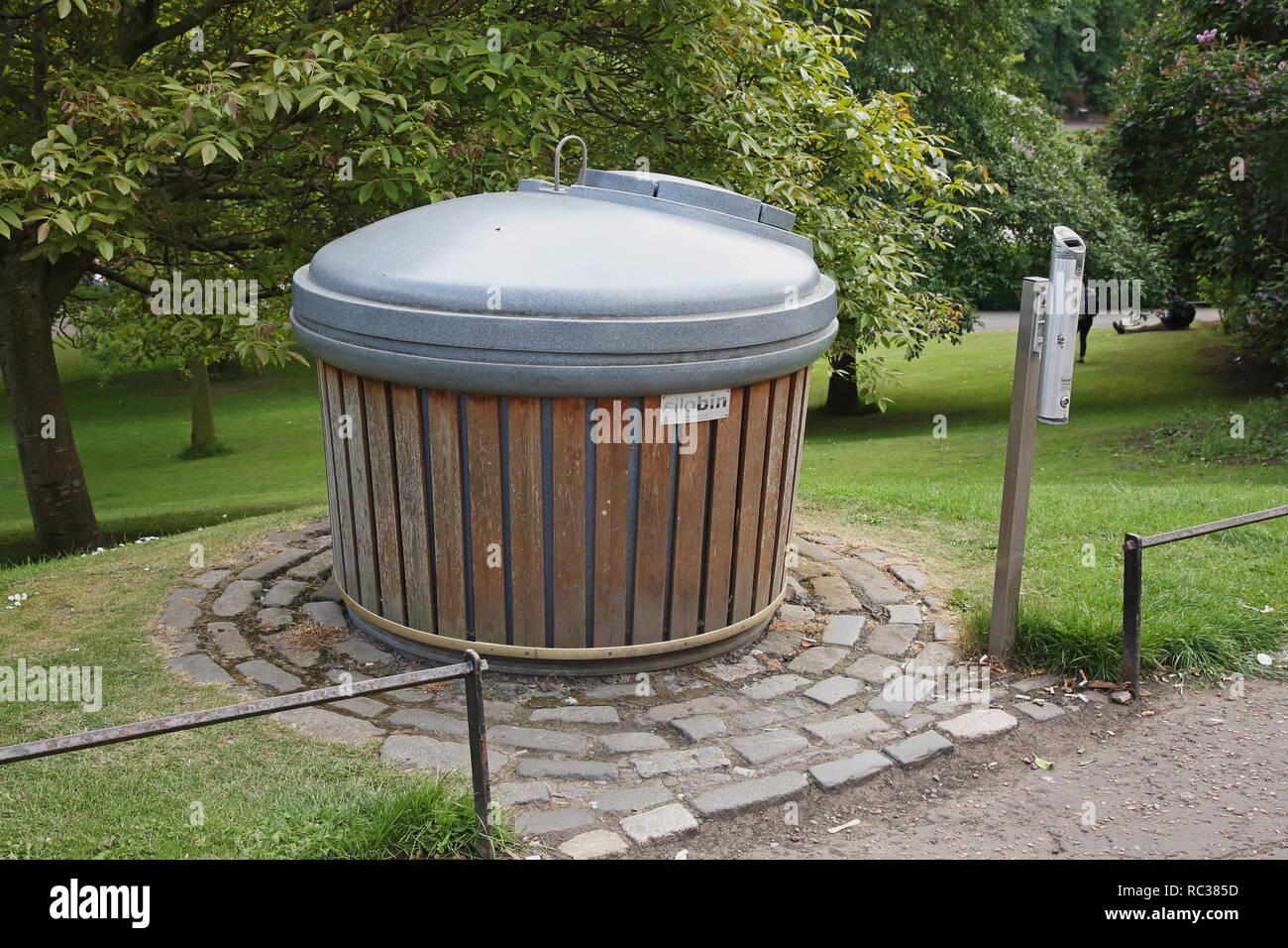 Innovadora papelera subterráneos en los jardines de Princes Street, Edimburgo, capital de Escocia. Imagen De Stock