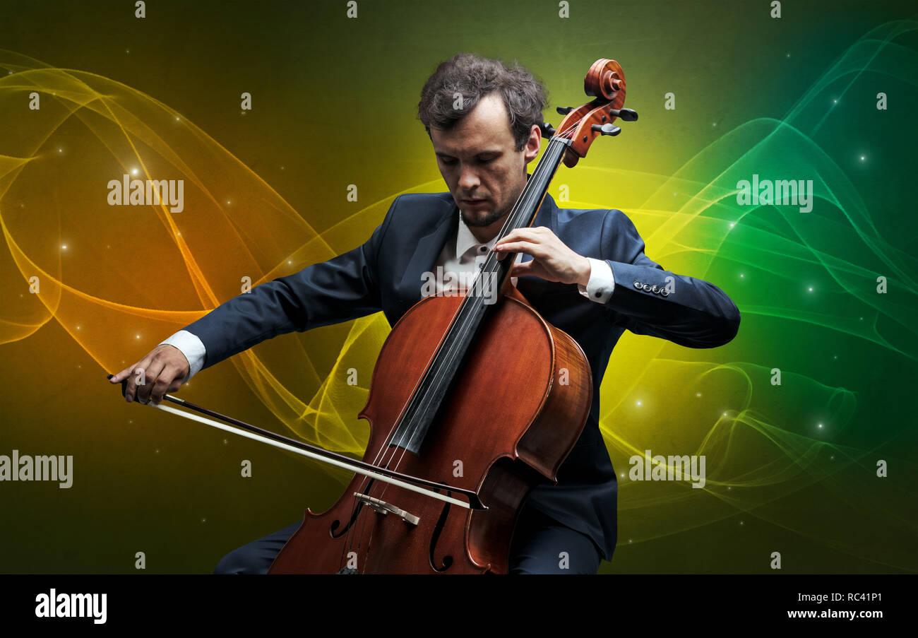 Grave violonchelista clásica con la legendaria chispeante papel tapiz Imagen De Stock